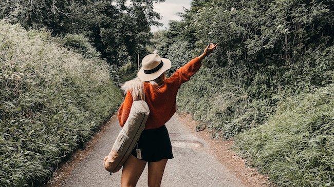 Girl carrying an eco-friendly yoga mat bag by Bagmaya